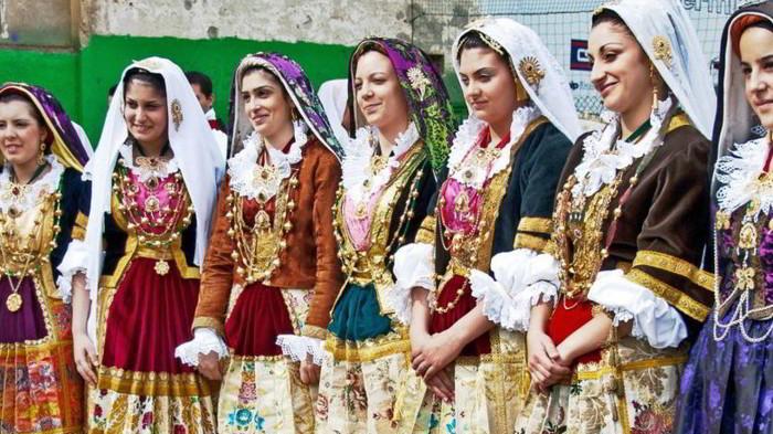 Donne con costume tipico della Sardegna
